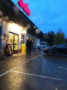 Miksaaja-Teemu odottaa täysin viattomasti rengasrauta kädessä pankkiautomaatin edessä